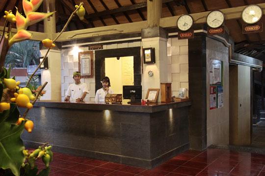 アディダルマ・ホテル フロント